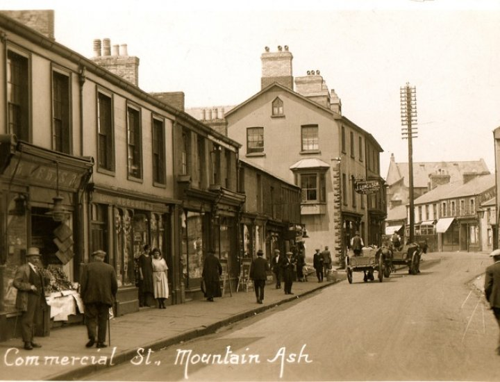 Commercial Street, how many can remember Longs Shop it was it there in 1960